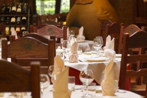 stoliki w restauracji